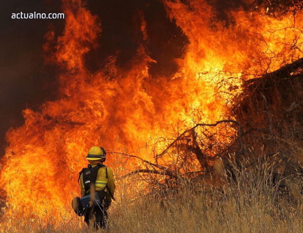 400 пожарникари се борят с огромен пожар в Канада