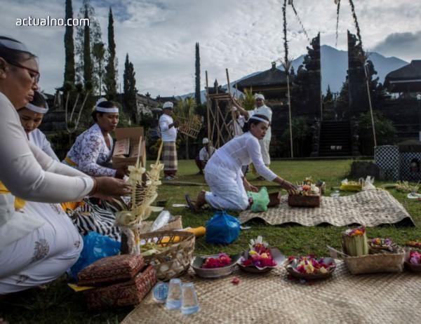 Земетресение уби хора в Индонезия