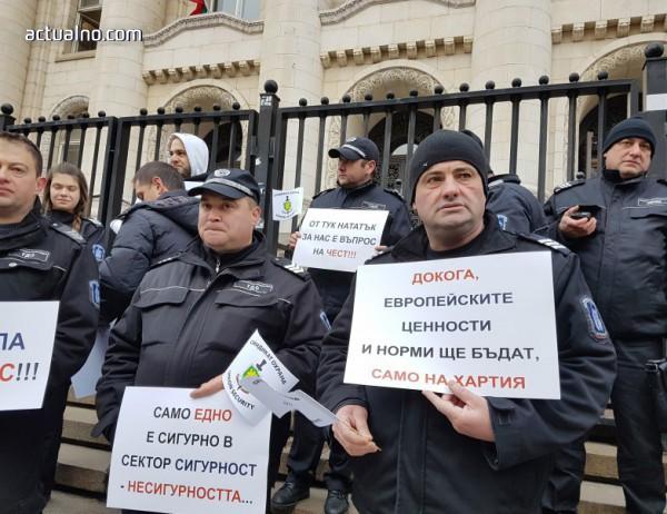 Надзирателите и служители в съдебната охрана протестират в цялата страна