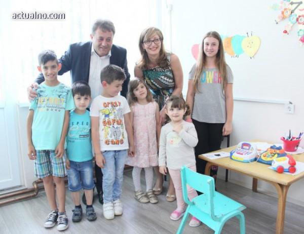 Захариева дари компютри на детска градина в Македония