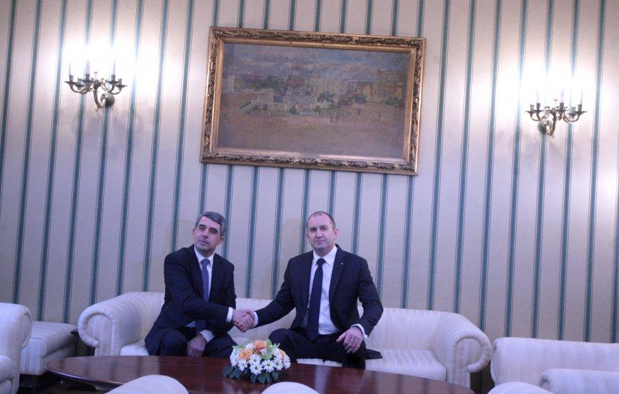 Президентът Плевнелиев предаде властта на Румен Радев