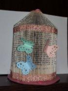 Изложба на фигури, изработени от стари книги и списания