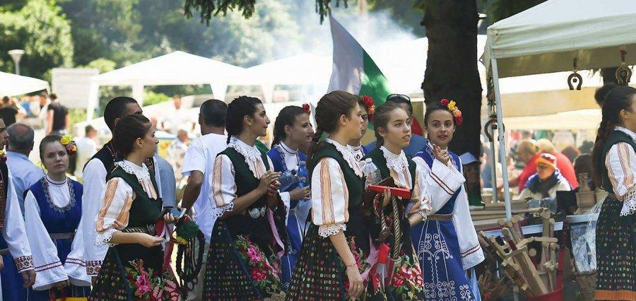 """Хиляди се събраха на фолклорен събор в местността """"Леденика"""""""