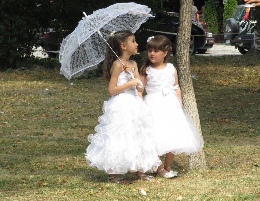 502 момиченца, облечени като булки, шестваха из Асенoвград