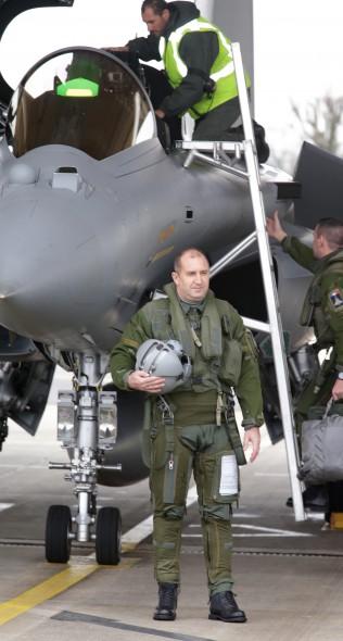 Президентът Румен Радев пилотира френския изтребител
