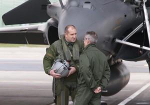 """Президентът Румен Радев пилотира френския изтребител """"Рафал"""""""