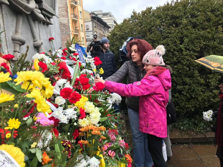 Венци, цветя и дълбок поклон пред Апостола