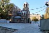 Ето как изглежда градинката пред църквата