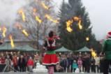 Коледният базар в Тетевен бе открит с детски песни, огнено шоу и много усмивки