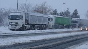 Пътищата в страната бяха блокирани от снега