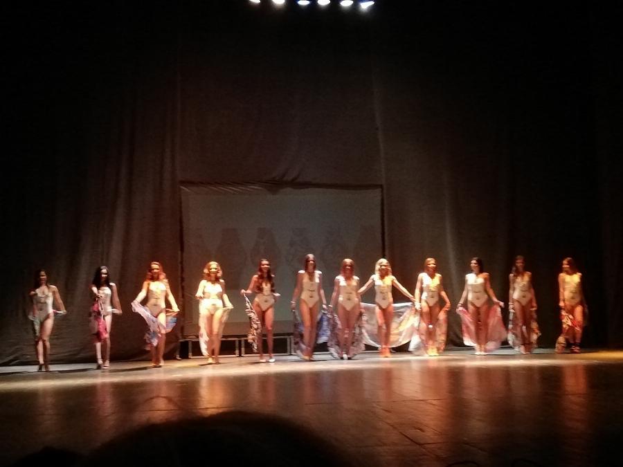"""7916243dea8 ... спечелят престижната титла """"Кралица на Бургас"""". Тяхната възраст е от 16  до 20 години. Те участваха в турове по бански костюми, бални и булчински  рокли."""