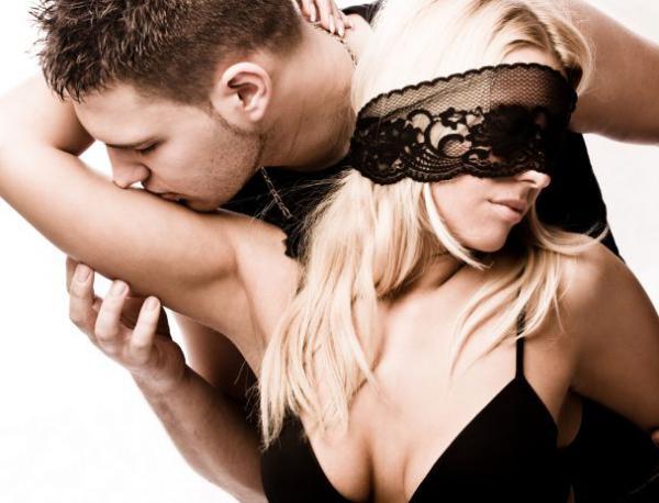 Порно игра с завязанными глазами угадай партнёра