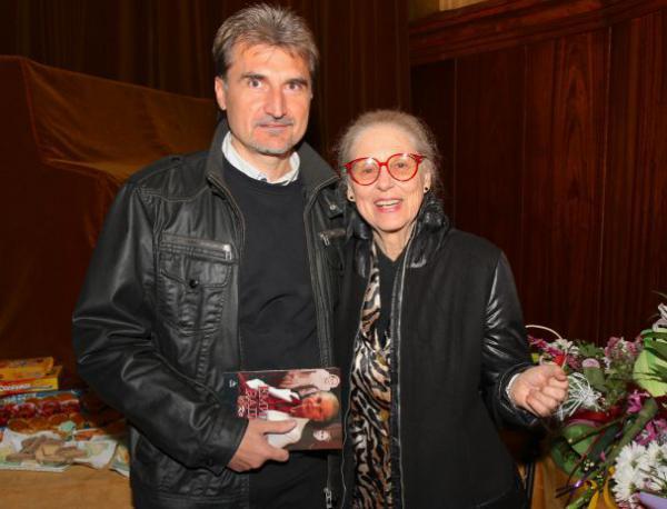 """photo of Емилия Радева и нейната книга """"Коя съм...?"""""""
