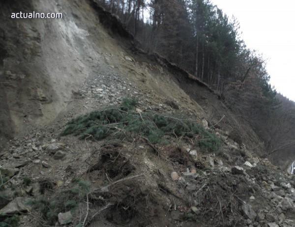 photo of Започва изграждането на около 1,5 км нов път, който да заобиколи срутището на пътя Смолян - Мадан