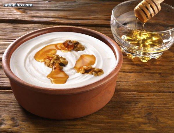 photo of Кисело мляко с мед и орехи