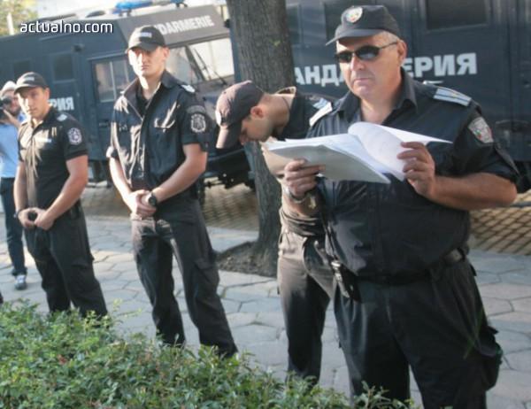 "photo of ""Полицейско насилие"" срещу известен ""протестиращ гражданин"" (ВИДЕО)"