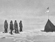 Руал Амундсен достига Южния полюс