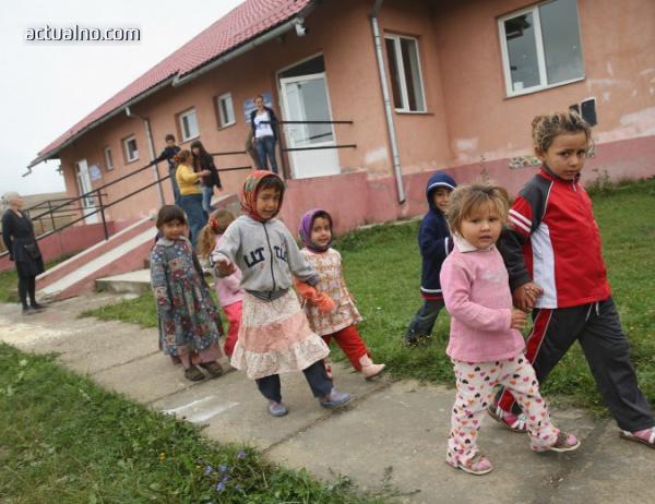 photo of С моркова и тоягата: Как България се опитва да върне ромите в клас?
