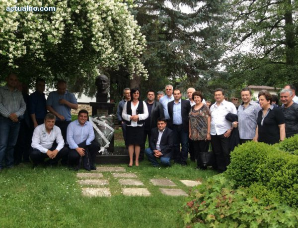 photo of Депутати от БСП се поклониха пред Тодор Живков