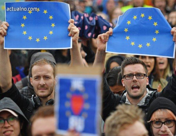 """photo of Поколението """"what"""": Отегчени, но не и аполитични"""