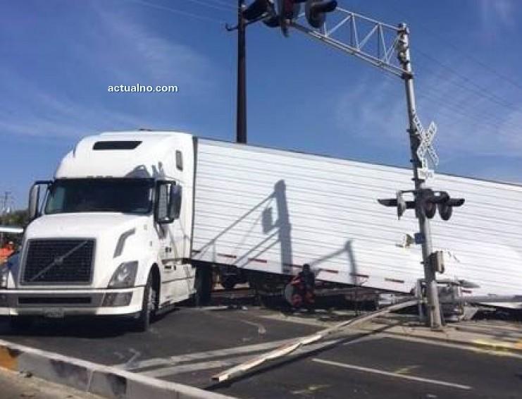photo of Шофьор на камион скочи от прозореца секунди преди да го размаже влак (ВИДЕО)