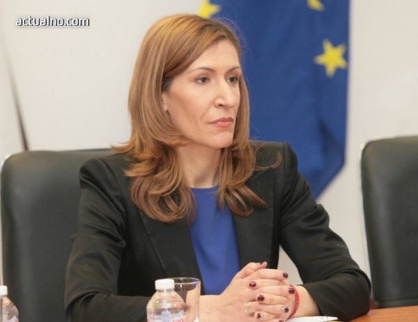 "photo of Ангелкова: Ще има санкции за безстопанственост на собствениците на частни имоти зад плаж ""Корал"""