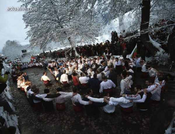 photo of Наблюдатели-етнолози от Европа идват в Калофер за леденото мъжко хоро
