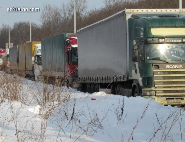 photo of Заради очаквания снеговалеж спират камионите през Котленския проход