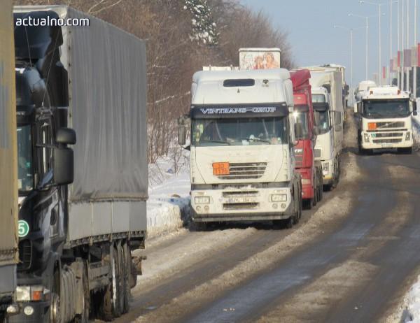 Заради снега Македония спря движението на камиони към българската граница