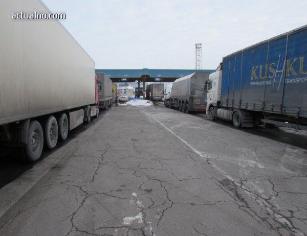 "photo of 15-километрова опашка от камиони има на ""Капитан Андреево"""