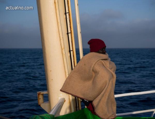 photo of Мигранти плават към Европа, въпреки че идва зима