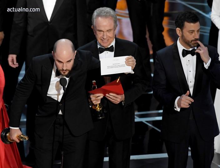 """photo of Уволниха двамата виновни за гафа на """"Оскар""""-ите, гафът станал заради Twitter"""