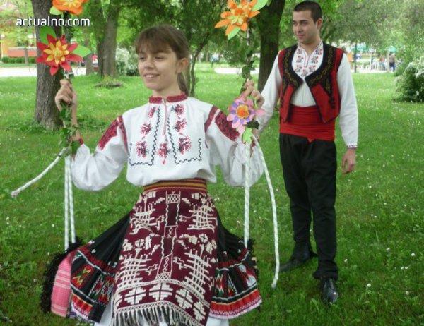 """photo of Фестивалът """"Гергьовски люлки"""" в град Левски събира над 500 участници"""