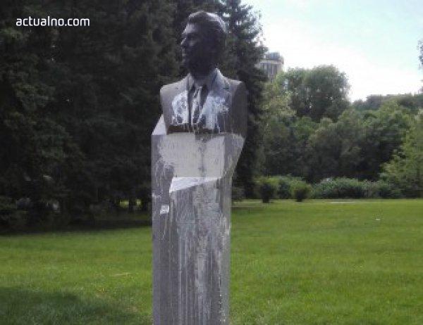 """photo of Паметникът на Рейгън в София пак беше """"порядъчно"""" нацапан"""