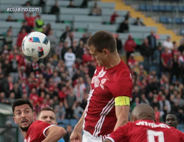 photo of Чорбаджийски удари играч на Дунав два пъти без топка и получи само жълт картон (ВИДЕО)