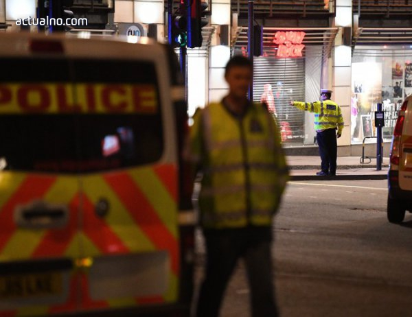 photo of Ван прегази и рани десетки пред джамия в Лондон (ВИДЕО)