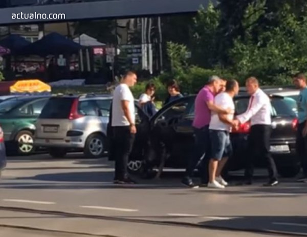 photo of Мъж налага жена, докато седи в колата си (ВИДЕО)