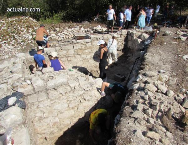 photo of Археолози откриха неизвестна църква в Средновековния град Червен (СНИМКИ)