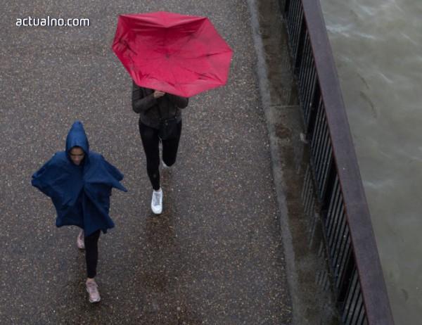 photo of Дъждове оставиха 10 000 души без ток в Канада