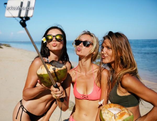 photo of Тази компания наема хора, които да се излежават на плажа