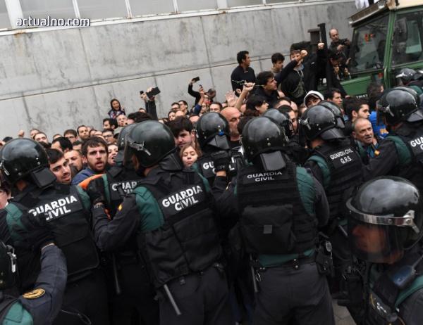 """photo of Демонстрации """"За"""" и """"Против"""" референдума в Каталуния, над 700 са ранените"""