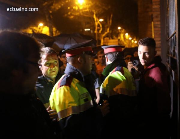 photo of Първи сблъсък в Каталуния - полицията беше спряна пред секция за гласуване (ВИДЕО)