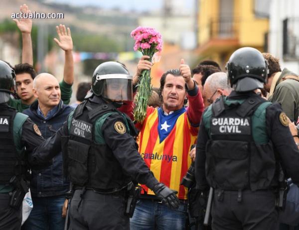 photo of Полицаи нахлуха в секцията, където трябваше да гласува каталунския премиер