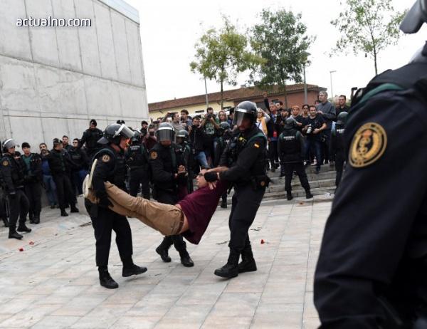 photo of На ЖИВО от Каталуния: Испанската полиция се разправя с желаещи да гласуват
