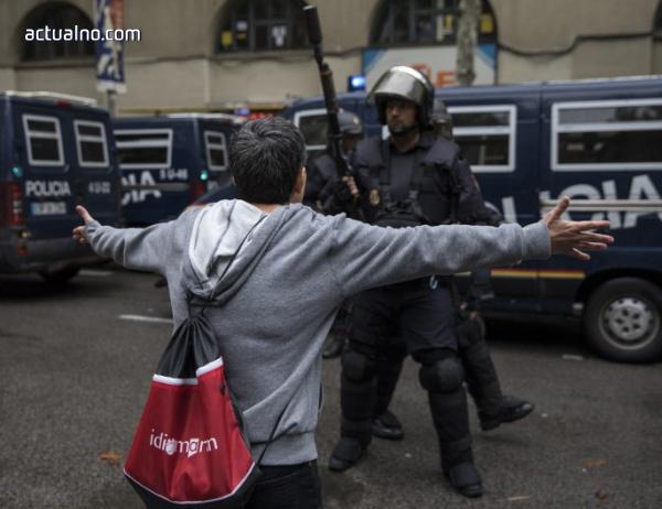 photo of Каталунската полиция застана в защита на протестиращите (ВИДЕО)