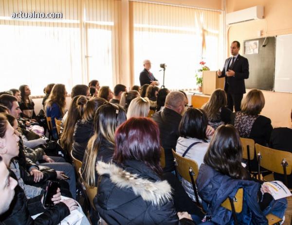 photo of Кметът на Враца към студенти: Учете и работете с желание и със сърце, а не по задължение