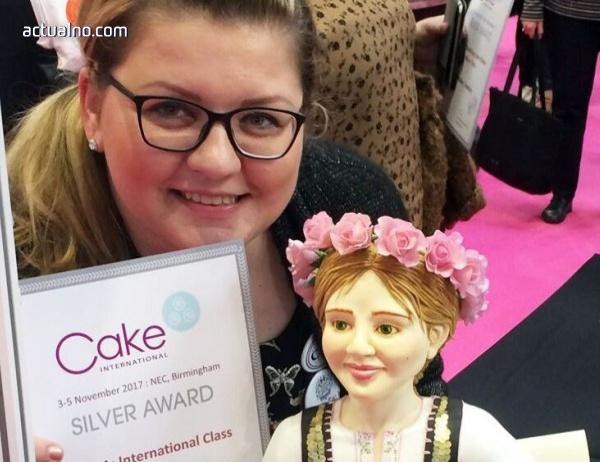 """photo of Асеновградчанка спечели сребро от тортено изложение в Англия с торта """"Розобер"""""""