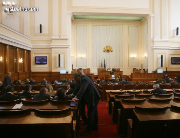 photo of Нено Димов, Кирил Ананиев и Валентин Радев на контрол пред парламента