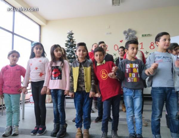photo of Дядо Коледа зарадва децата в бежанския лагер във Враждебна