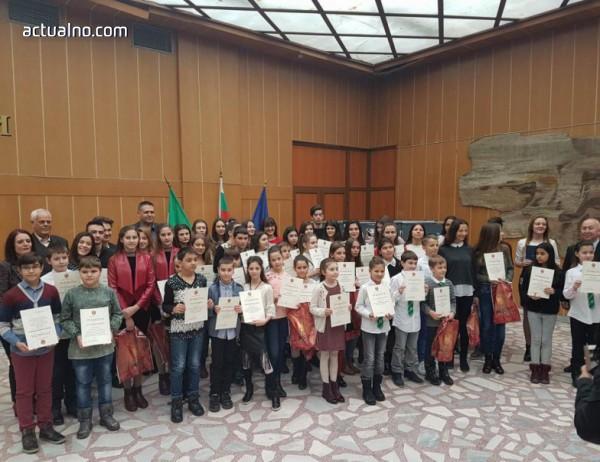 photo of Десетки талантливи деца получиха подарък от община Разград
